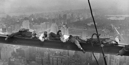 کارگران روی تیر ساختمان مرکز راکفلر نیویورک خوابیدهاند