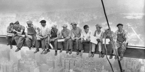 نصویر کارگران نیویورکی در مرکز راکفلر روی تیر در حال ناهار خوردن