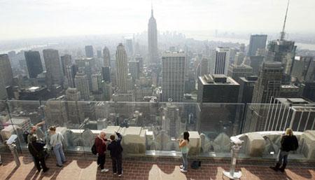 مرکز راکفلر نیویورگ گردشگران در حال مشاهده مناظر اطراف