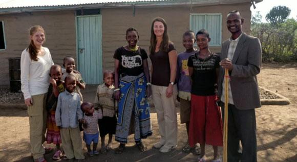 عکس ملیندا گیتس در میان خانواده تانزانیایی