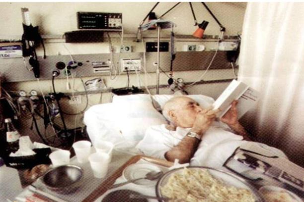 دکتر حسابی در بیمارستان در حال مطالعه