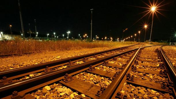 لحظه نگار - تصویر ریل قطار در شب
