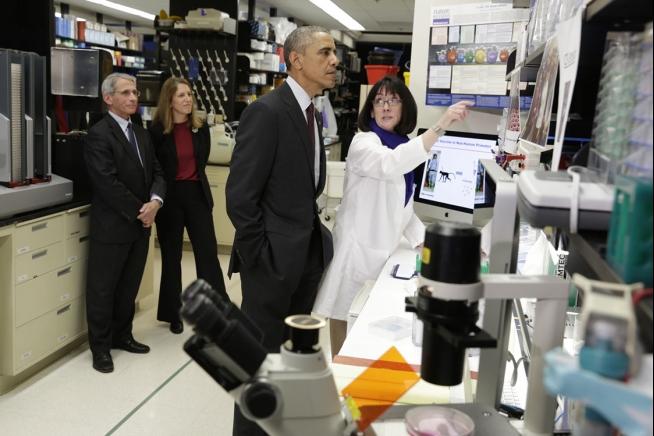 اوباما و فاوچی در مرکز ویروس شناسی مریلند